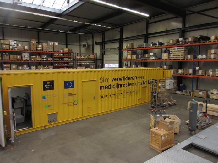 De container wordt klaar gemaakt om medicijnen uit afvalwater te kunnen filteren. De container staat vanaf volgende week bij ziekenhuis SKB in Winterswijk.
