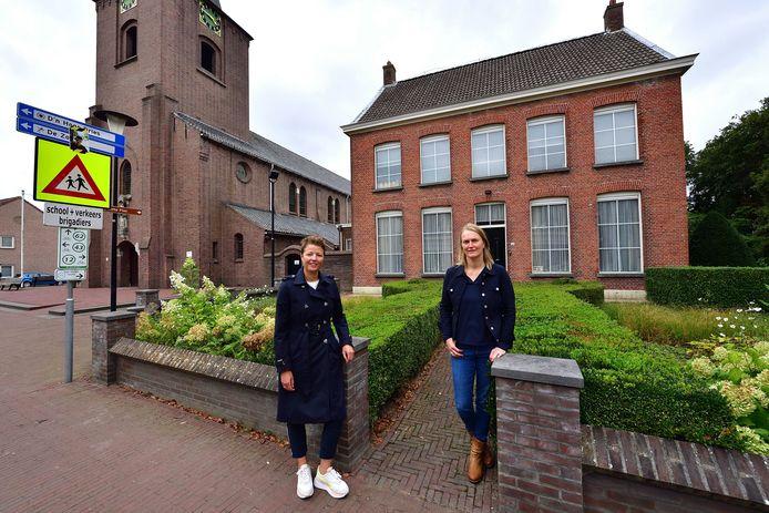 Esther Nouws (l) en Sylvia Vergouwen begeleiden de plannen om de pastorie en de Sint-Martinuskerk een tweede leven te geven als wooncomplexen.