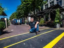 Ergernis over auto's tussen terrassen op de Brink in Deventer: 'Gaat een keer écht mis'