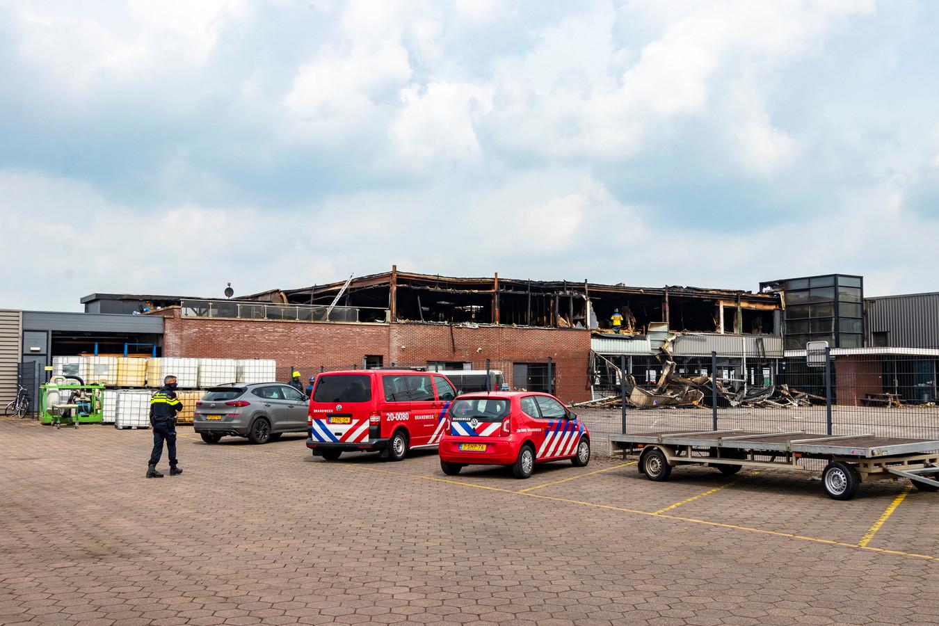 Hulpdiensten zijn een dag na de brand ook volop aanwezig.