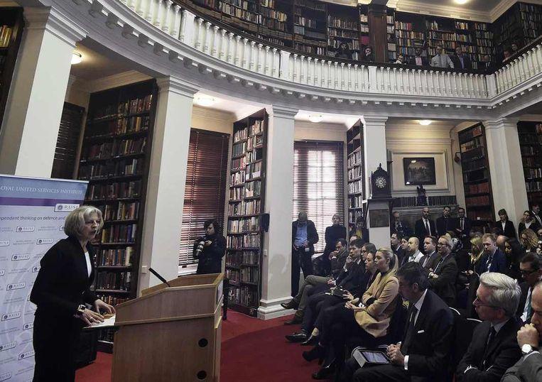 De Britse minister van Buitenlandse Zaken Theresa May tijdens een speech eerder vandaag voor leden van Royal United Services Institute, een Britse denktank op het gebied van veiligheid. Beeld reuters
