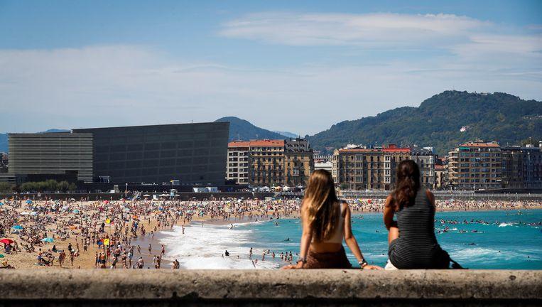 Strandgangers op het strand bij San Sebastian, Spanje, op 12 augustus.  Beeld Hollandse Hoogte / EPA