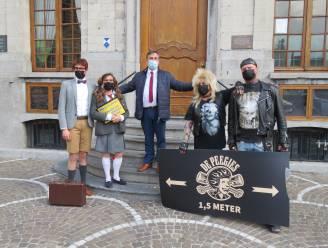 """""""De glimlach is de beste manier van handhaven"""": Acteurs doen coronamaatregelen naleven op terrassen"""