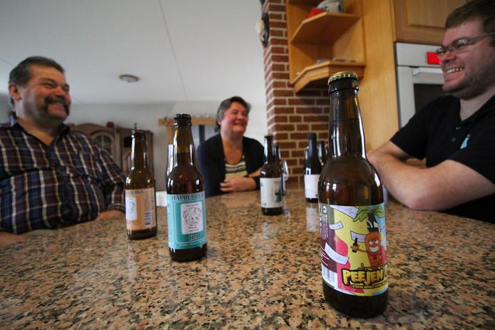 De keukentafel met de Halderbergse biertjes op de voorgrond en de familie Dommisse op de achtergrond.