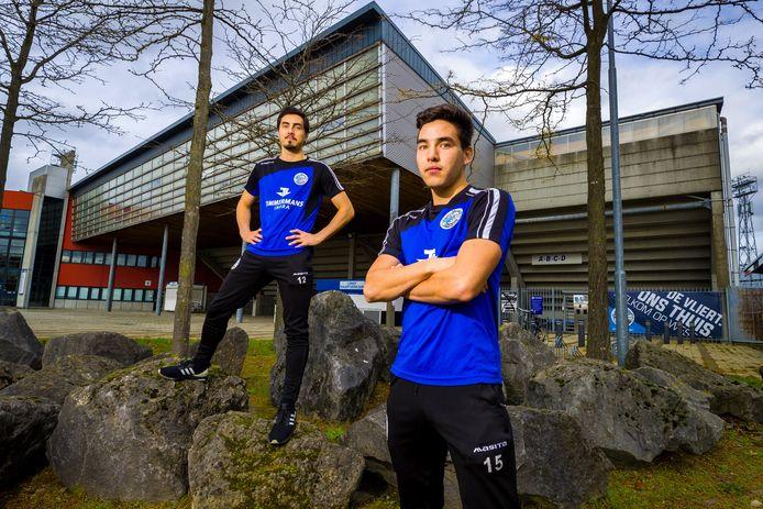 De Australische tweeling van FC Den Bosch Declan (L) en Ryan Lambert voor Stadion de Vliert. De laatstgenoemde verlaat Den Bosch nu voor Kuala Lumpur.
