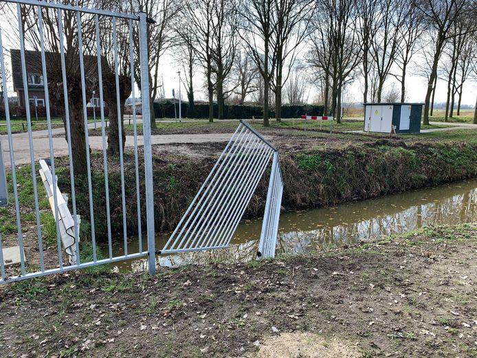 Het vernielde hek bij het Glaspark in Leerdam.