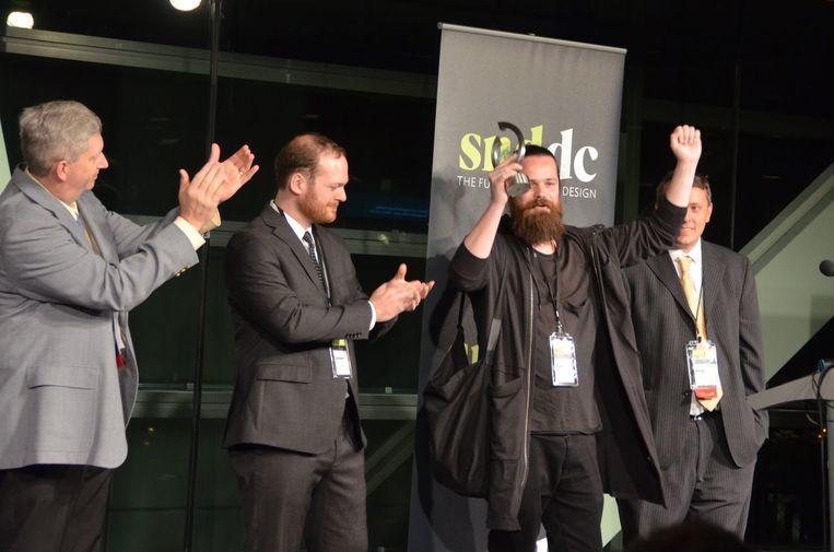 Arne Depuydt neemt de prijs voor 'World's Best Designed Newspaper' in handen. Beeld RV