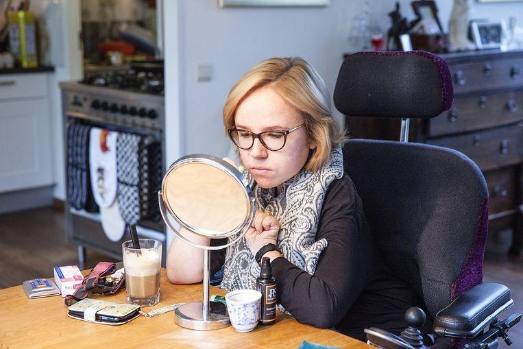 Het ochtendritueel van Anne: opmaken en koffie voordat ze naar haar studie of stage gaat. Beeld Cornelie de Jong