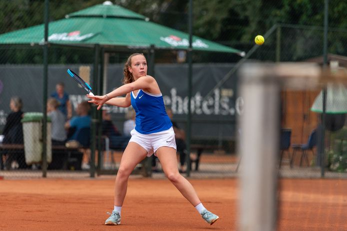 Mirle Zwier won zondag de finale het de Apeldoornse Tenniskampioenschappen van Fleur de Jong.