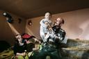 Vader Kalman stelt trots zoontje Josef voor. Naast hem zit dochter Vanessa (11).