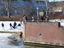 Persoon zakt door ijs in Lelystad: omstanders proberen slachtoffer op het droge te krijgen