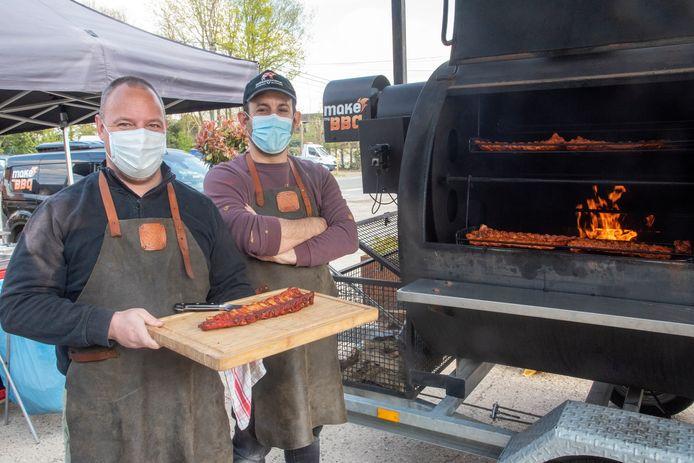 Steven Van Zwol en Tim De Moor van Make My BBQ aan de slag in Wichelen.