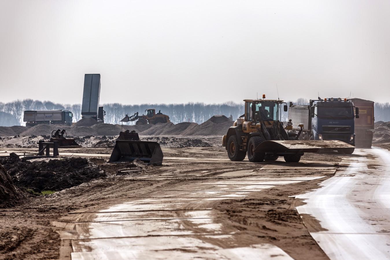Het was eerder dit jaar een drukte van jewelste met de aanvoer van grote partijen grond op het toekomstige Logistiek Park Moerdijk.