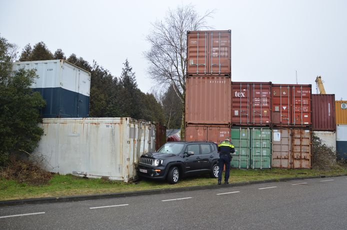 In Steenwijk raakte een auto van de weg en botste tegen een lading zeecontainers.