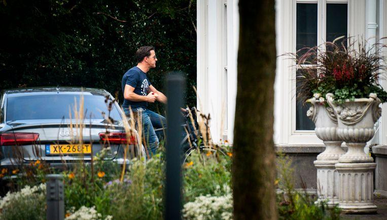 Premier Mark Rutte komt aan bij het Catshuis voor een overleg over de coronamaatregelen. Beeld