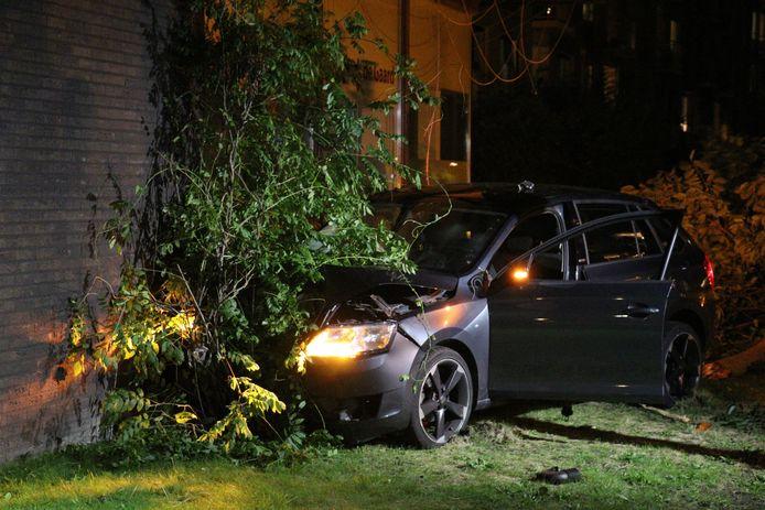De auto raakte zwaar beschadigd, de apotheek licht.