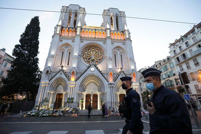 Politie bij de Notre-Dame in Nice, waar de aanslag plaatsvond. Beeld REUTERS