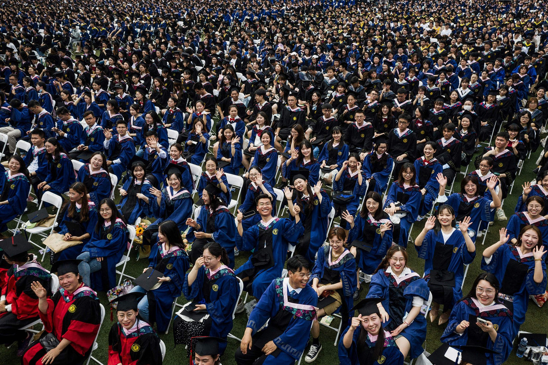 Afgestudeerde Chinese studenten bij hun promotie-ceremonie aan de Universiteit van Wuhan.