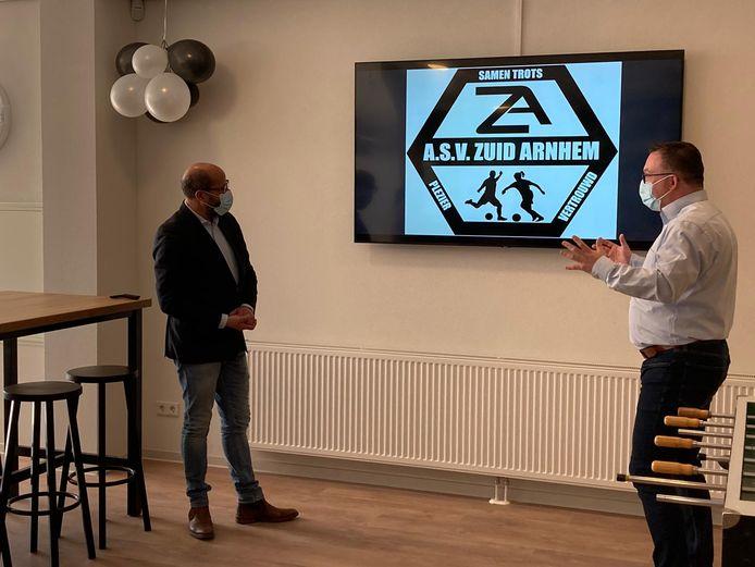 Burgemeester Ahmed Marcouch en voorzitter Frank Houtriet onthullen de nieuwe naam van de club ASV Zuid Arnhem