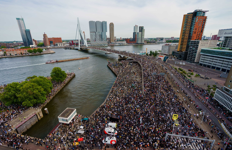 Demonstranten in Rotterdam tijdens een manifestatie tegen racisme en politiegeweld. Aanleiding: de gewelddadige dood van George Floyd in de Amerikaanse stad Minneapolis. Beeld ANP