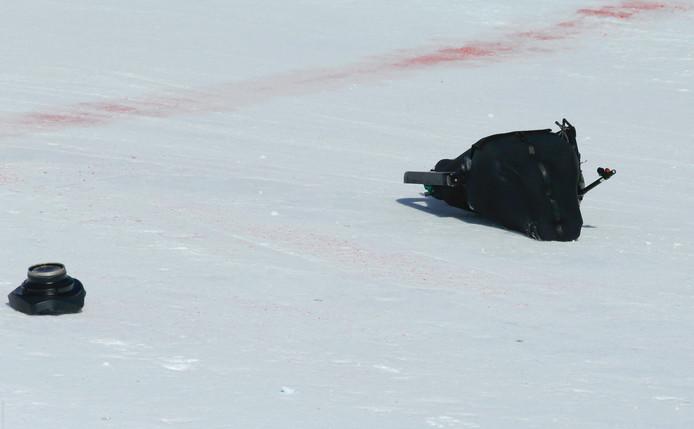 De skycam ligt op het sneeuw van de skipiste.