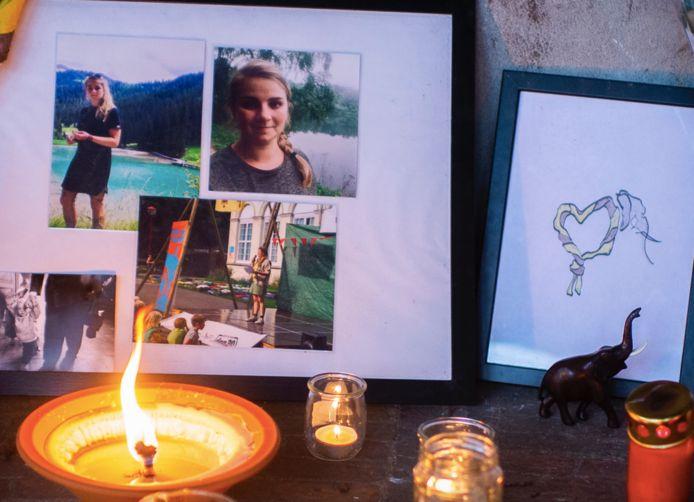 Het herdenkingshoekje voor de 28-jarige Fien Téblick in het Antwerpse Te Boelaerpark.