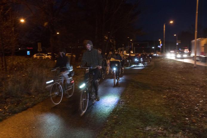 Scholieren fietsen in het donker van Leende naar Valkenswaard.