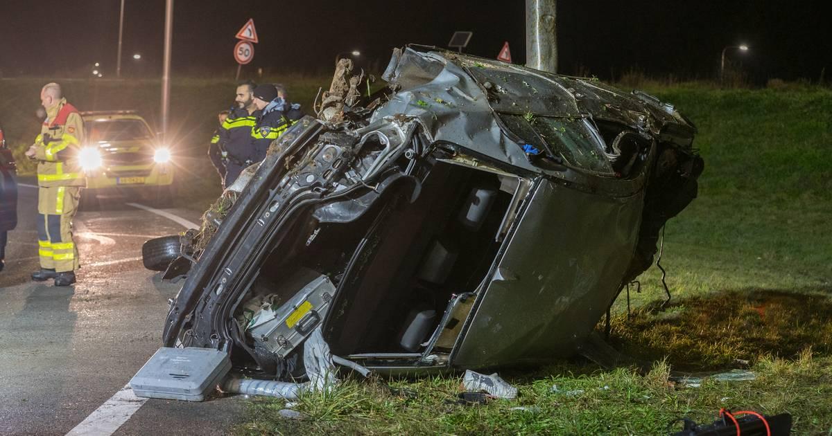 Heftig ongeluk op snelweg: twee zwaargewonden door crash bij knooppunt Beekbergen.