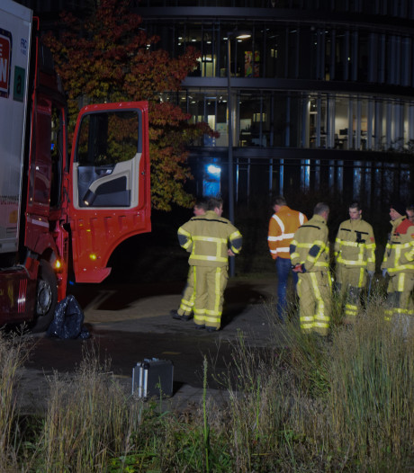 Vrachtwagen rijdt tank lek in Doetinchem en verliest honderden liters diesel