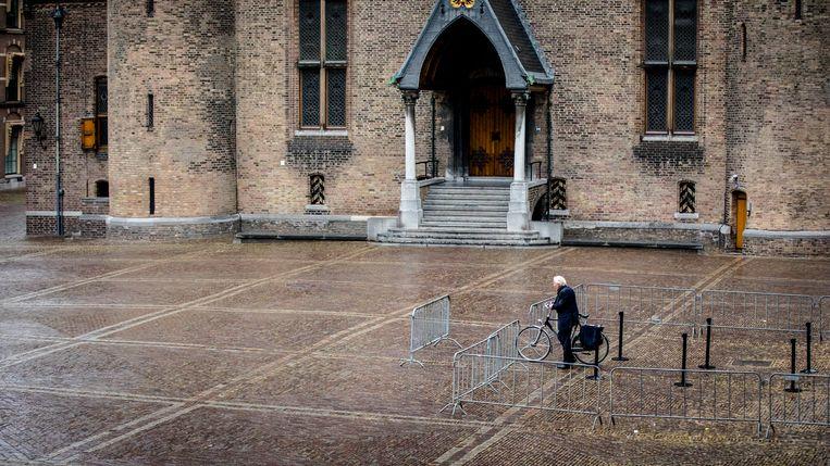Herman Tjeenk Willink verlaat op de fiets het Binnenhof op zijn laatste dag als informateur, tijdens de vorige kabinetsformatie in 2017.  Beeld ANP