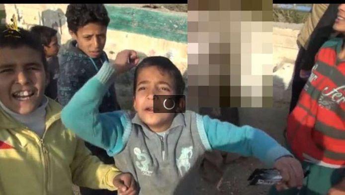 In een nieuwe propaganda-video spelen kinderen met het lijk van een vermoorde soldaat.