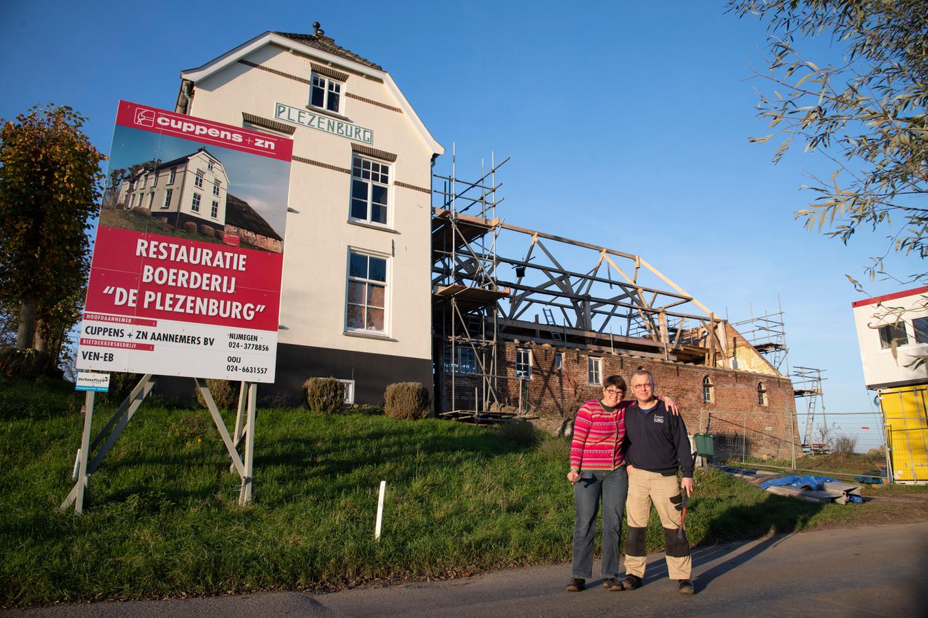 Friso Brouwer en Ingrid Gomes restaureren hun monumentale boerderij de Plezenburg in Leuth.