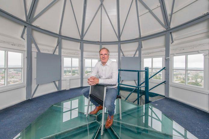 Ad Steendijk op de bovenste verdieping van de Goese watertoren, met rondom zicht op Goes en Kloetinge.