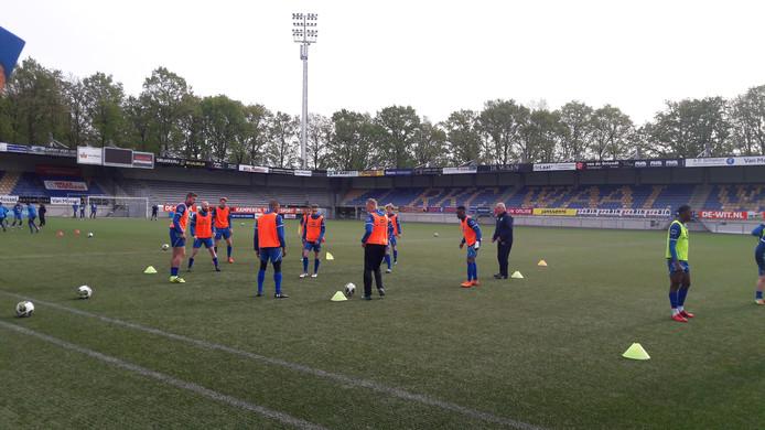 RKC Waalwijk trainde een uur vroeger zodat de spelers wat langer Koningsdag konden vieren. Dat een deel van de selectie oranje hesjes droeg was toeval.