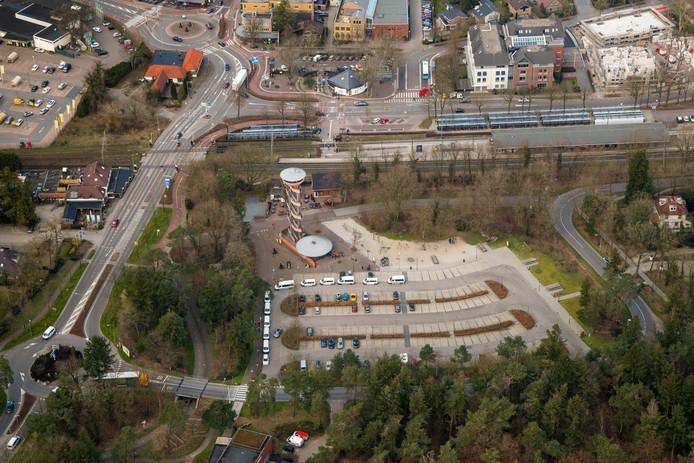 Het Veluwetransferium in Nunspeet. Restaurant Joris, dat op de foto links zit, wil verhuizen naar de overkant.