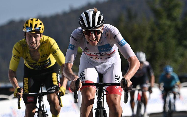 Tadej Pogacar is net iets sneller dan Primoz Roglic op de Grand Colombier. Beeld AFP