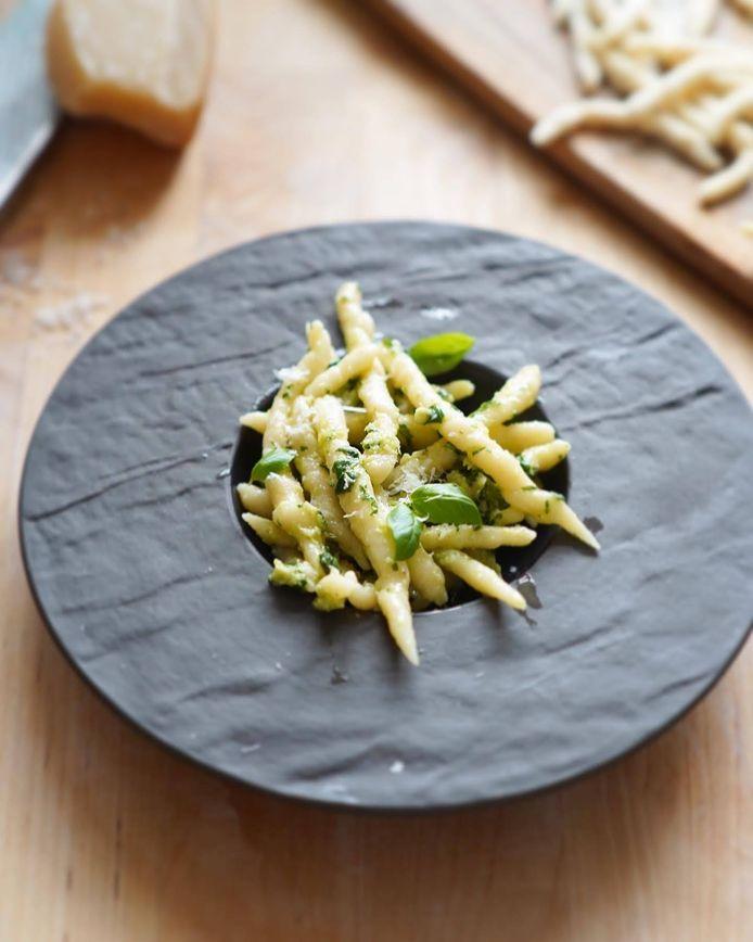 Homemade trofie pasta met pesto