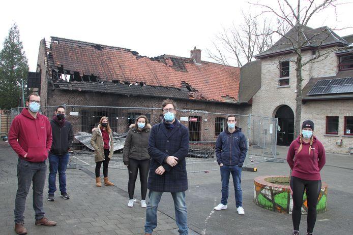 Zondagochtend verzamelden enkele leden van vzw Jeugdhuis De Tunne spontaan aan hun afgebrande jeugdhuis. In het midden bestuurslid Lander Albrecht.