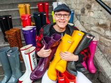 John (56) heeft 150 paar gekleurde laarzen en die draagt hij óók als de zon schijnt: 'Kleur aan leven geven'