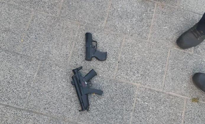 De twee aangetroffen (nep)vuurwapens.