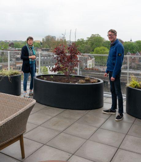 Van een hijskraan tot een drone: dit is hoe hoveniers de 'daktuin' van Theo en Angela op de zesde verdieping aanlegden