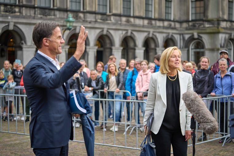 Mark Rutte en Sigrid Kaag komen naar buiten na afloop van een gesprek met informateur Mariëtte Hamer. Beeld ANP