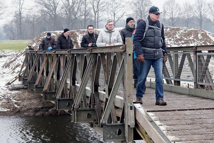 Wandelaars passeren de brug die de Genie over de Berkel heeft gelegd.