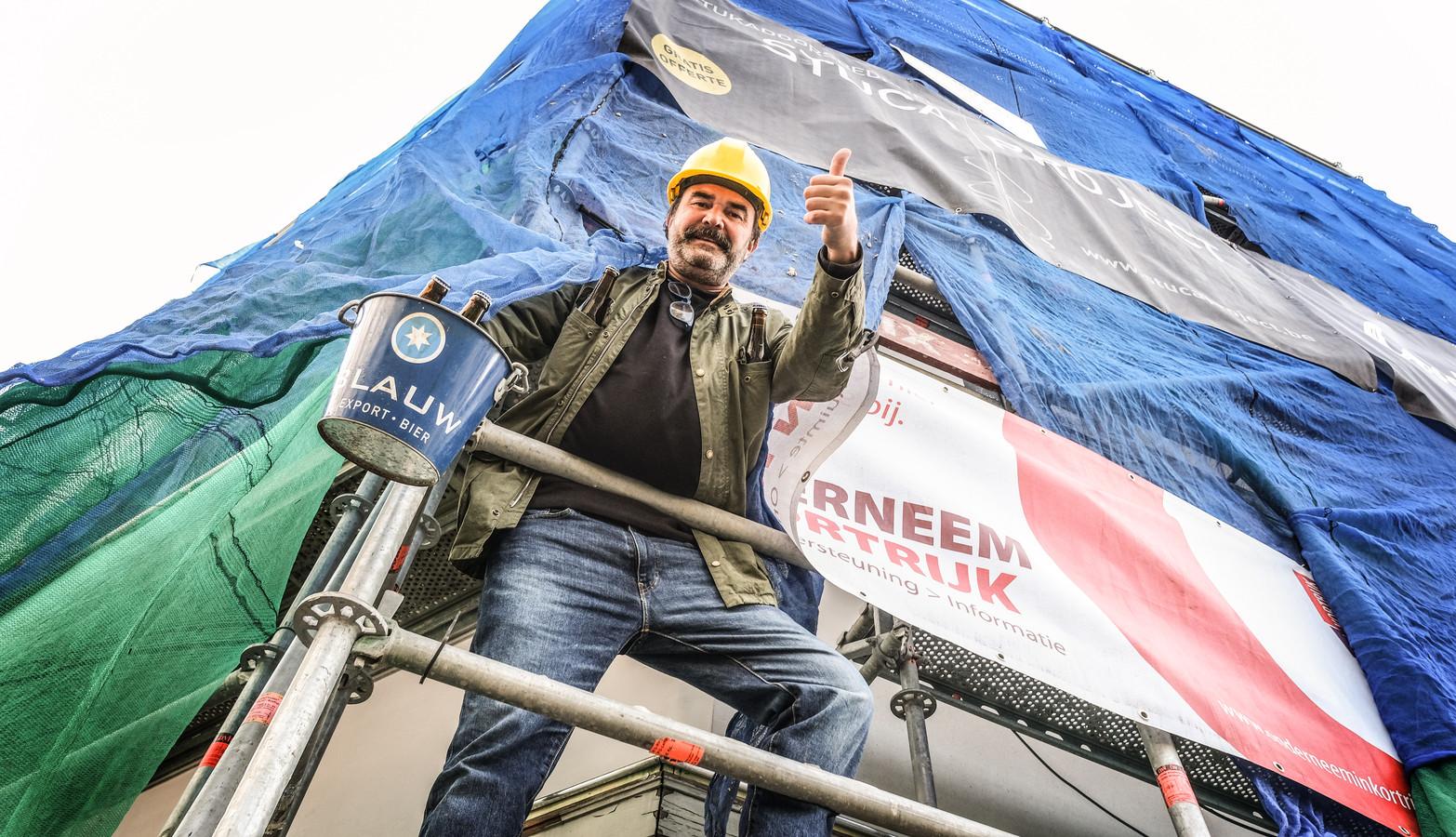 Peter Deurinck van café Den Bras in Kortrijk, door gevelwerken tijdelijk omgevormd tot café De Stelling