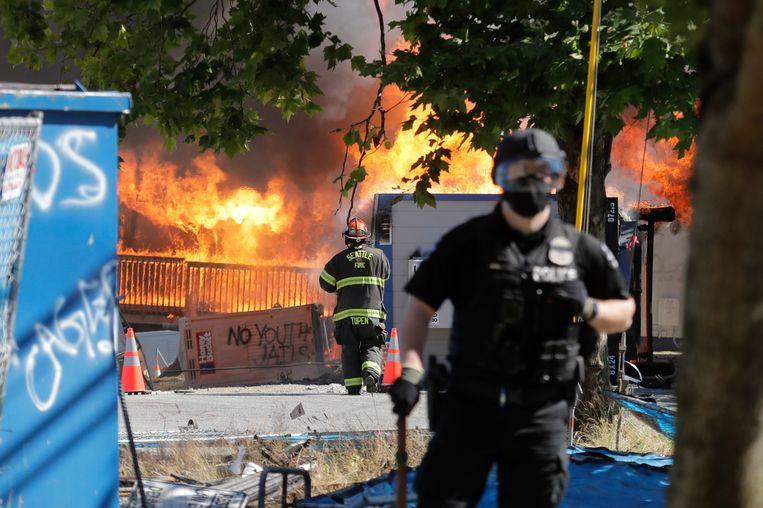 Een in aanbouw zijnde jeugdgevangenis en gerechtsgebouw werd door de demonstranten in brand gestoken. Beeld AP