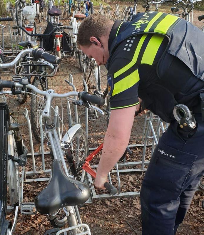 Agenten controleren fietsen bij het asielzoekerscentrum in Elden.