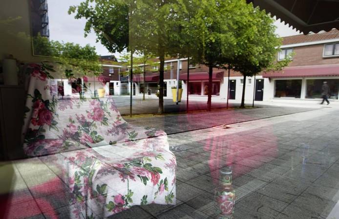 De lege stoelen op het Baekelandplein bezorgen hoofdexploitant Maikel van Houtert grote zorgen. foto Kees Martens
