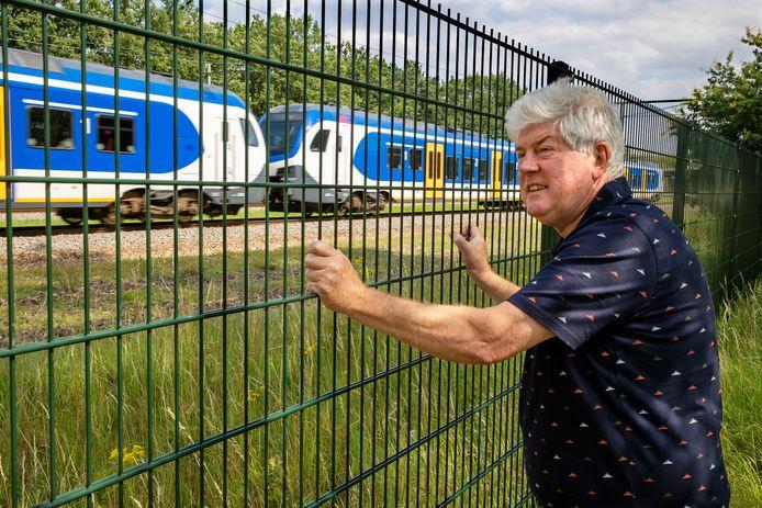 Jan van den Akker bij het spoor op de plek waar in februari 1961 het treinongeluk plaatsvond.
