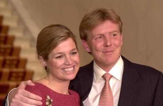 Máxima en Willem-Alexander in 2001, bij de persconferentie die beroemd werd vanwege Máxima's uitspraak: 'Beetje dom'.