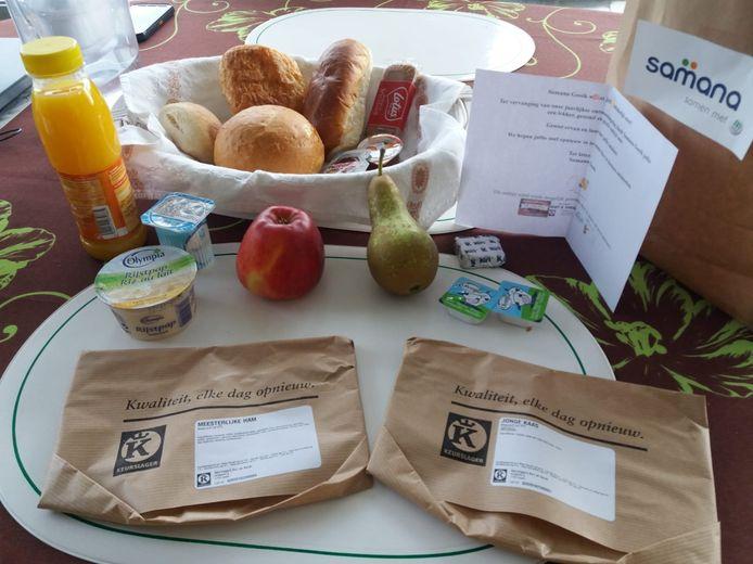 Elk pakket bevatte broodjes, beleg, een drankje, fruit en yoghurt.